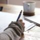 Vrouw die schriftelijk administratie doet